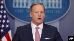 Juru bicara Gedung Putih yang baru, Sean Spicer mengadakan jumpa pers resmi yang pertama hari Senin (23/1).