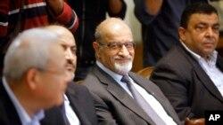 Ông Haitham al-Maleh (giữa), một thành viên của phe đối lập Syria, trong cuộc gặp với Tổng thư ký Liên đoàn Ả Rập Nabil al-Arabi tại Cairo, ngày 2/11/2013.