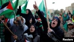 14일 무장정파 하마스를 지지하는 팔레스타인인들이 하마스 창립 30주년을 기념해 가자지구에서 거리행진을 하고 있다.