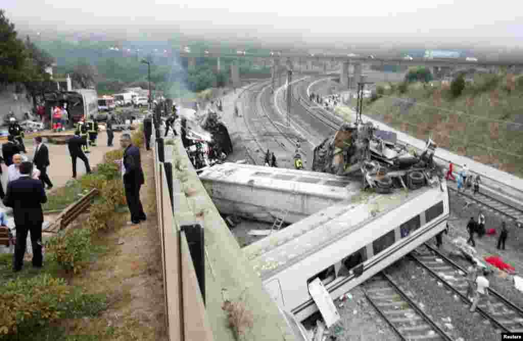 Los rescatistas trabajan entre los restos del tren de alta velocidad accidentado cerca de Santiago de Compostela, en España.