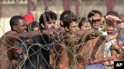 Tư liệu- Những người tị nạn Cuba đưa những tờ giấy có tên của họ cho các binh lính Hải quân Hoa Kỳ để lên danh sách những người lưu lại căn cứ hải quân Vịnh Guantanamo, Cuba, ngày 27 tháng 08 năm 2017.