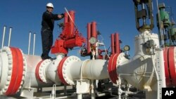 Seorang pekerja memeriksa pipa gas di Yapracik, pinggiran Ankara, Turki (foto: ilustrasi).