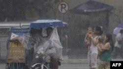 Bão nhiệt đới Nock-ten gây ra đất chuồi và mưa lớn với sức gió mạnh nhất lên đến 95 kilômét/giờ