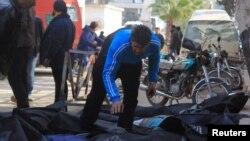 បុរសម្នាក់ព្យាយាមកំណត់អត្តសញ្ញាណសាកសពបន្ទាប់ពីអ្វីដែលសកម្មជននិយាយជាការវាយប្រហារតាមអាកាសដែលប្រព្រឹត្តដោយទ័ពអាកាសរុស្ស៊ី នៅក្នុងក្រុង Idlib ប្រទេសស៊ីរី កាលពីថ្ងៃទី២០ ខែធ្នូ ឆ្នាំ២០១៥។