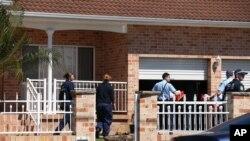 Cảnh sát bố ráp một căn nhà ở Guildford, ngoại ô Sydney, Australia.