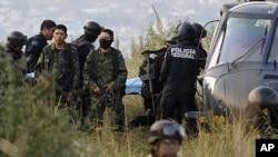 軍方在事故現場調查。