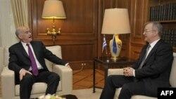 欧盟经济事务专员奥利.雷恩(右)与希腊总理会晤面