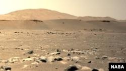 NASAのIngenuity Mars Helicopterは、NASAのPerseverance Marsプローブに搭乗した左ナビゲーションカメラで見られるように2021年4月25日第三飛行中浮遊姿を見ることができます。 (写真提供:NASA / JPL-Caltech)