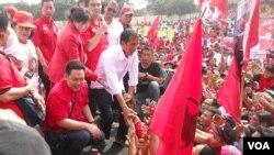 Calon Presiden dari PDIP Jokowi bersalaman dengan simpatisan dan kader PDIP yang menghadiri kampanye di Jakarta (16/3/2014). KPU secara resmi mengumumkan PDIP sebagai partai dengan perolehan suara terbanyak pemilu Legislatif (9/5/2014).