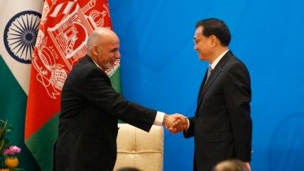 2014年10月31号中国总理李克强(右)在北京有关阿富汗问题的大型国际会议开幕式上和阿富汗总统加尼握手。