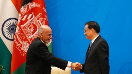 在北京举行的阿富汗问题区域会议上,中国总理李克强和阿富汗新总统阿什拉夫•加尼握手(2014年10月31日)