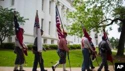 Las banderas confederadas fueron retiradas del monumento a la Confederación en el Capitolio de Alabama.