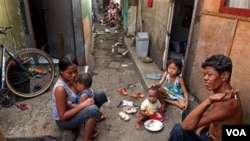 Keluarga miskin yang tinggal di salah satu kawasan kumuh di Jakarta (foto: dok). Pemerintah akan menggenjot investasi untuk menekan angka kemiskinan di Indonesia.