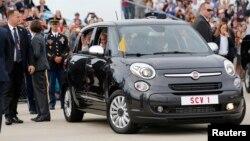 Le pape François à bord d'une Fiat 500 lors de sa visite à Washington, 22 septembre 2015.