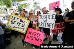 Orang-orang memprotes untuk mendukung bintang pop Britney Spears pada hari sidang kasus perwalian di Gedung Pengadilan Stanley Mosk di Los Angeles, California, AS, 23 Juni 2021. (Foto: REUTERS/Mario Anzuoni)