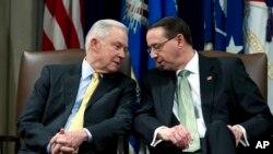 Bộ trưởng Tư pháp Mỹ Jeff Sessions nói chuyện với người phụ tá Rod Rosenstein