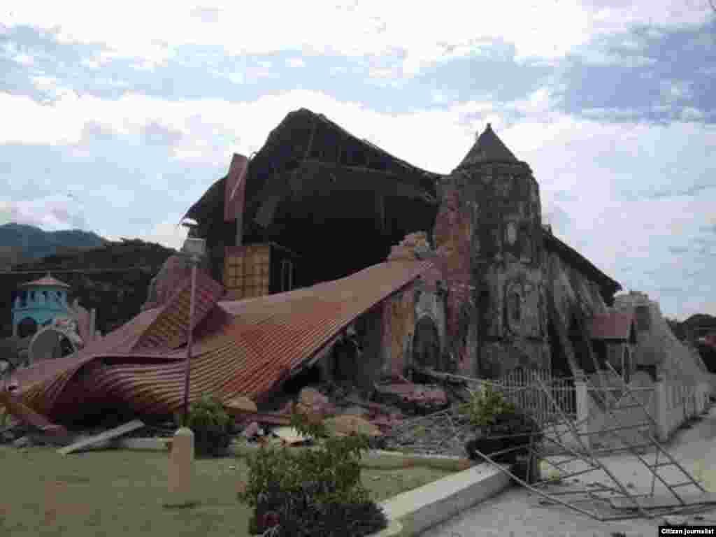 La iglesia de Loboc se desmoronó tras el terremoto que afectó Bohol, en Filipinas este martes 15 de octubre de 2013. (Foto cortesía de Robert Michael Poole)