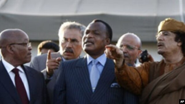 Libyan leader Moamer Kadhafi (R) speaks with presidents Jacob Zuma of South Africa (L) and Denis Sassou Nguesso of Congo outside a tent erected at his Bab al-Aziziya residence in Tripoli on April 10, 2011.