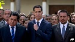 Juan Guaido ao centro