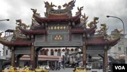台湾花莲佛教寺院前的牌坊