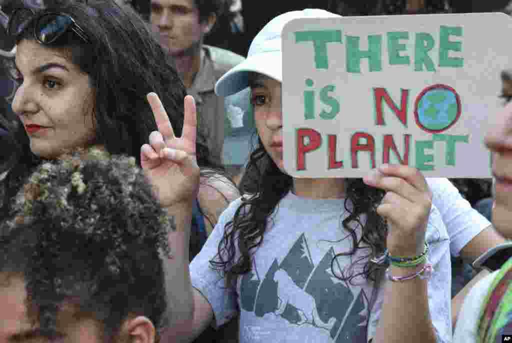 گروهی از نوجوانان معترض به بی توجهی ها به تخریب محیط زیست روز جمعه در نیویورک تجمع کردند.