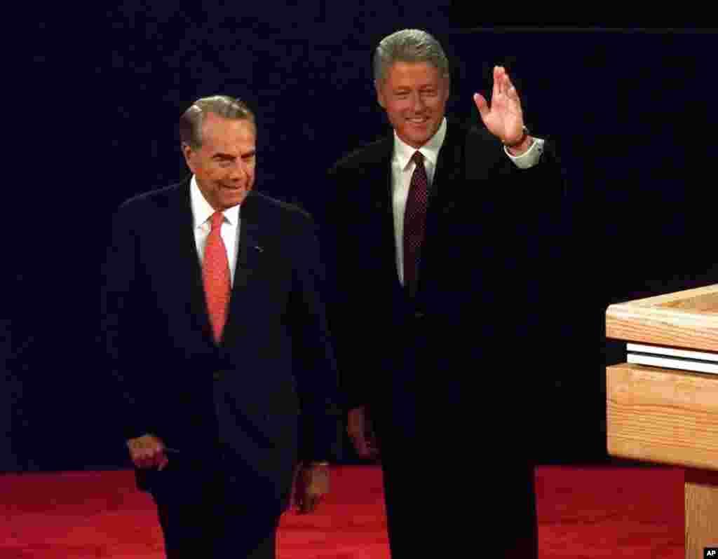 លោកប្រធានាធិបតី Clinton និងបេក្ខជនគណបក្សសាធារណរដ្ឋលោក Bob Dole ស្វាគមន៏ទស្សនិកជនមុនពេលចាប់ផ្តើមការជជែកតស៊ូមតិប្រធានាធិបតីជុំទី១នៅសាលមហោស្រព Bushnell ក្នុងក្រុង Hartford រដ្ឋ Connecticut កាលពីថ្ងៃទី ០៦ តុលា ១៩៩៦។