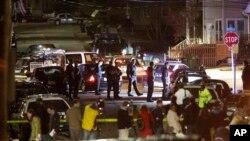 Polisi menyelidiki tempat terjadinya ledakan dan tembakan di Watertown, Massachusetts, Jumat dini hari (19/4). (AP/Matt Rourke)
