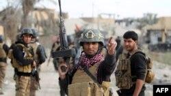 تا ایندم حدود ۳۰۰۰ نیروی طرفدار دولت عراق در پایگاه مخمور در نزدیکی موصل مستقر شده است.