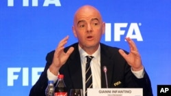 Tổng thư ký Liên đoàn bóng đá Thế giới FIFA tại một cuộc họp báo ở Ấn Độ. Sau khi VTV cảnh báo việc chiếu World Cup tại các điểm công cộng ở Việt Nam là hành vi vi phạm bản quyền, FIFA cho biết điều này không phạm luật.