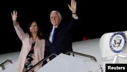 Wakil Presiden Amerika Mike Pence dan istrinya Karen tiba di Tokyo hari Senin (12/11).