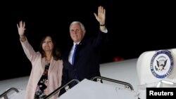 美国副总统彭斯和妻子凯伦抵达在日本东京郊外的横田美国空军基地。(2018年11月12日)