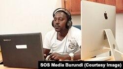 Eloge Kaneza travaille sur un son avant de le poster sur SoundCloud. SOS Media Burundi