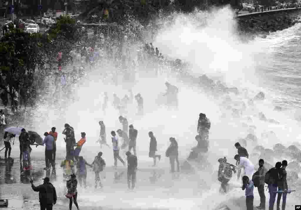 امواج ناشی از توفان و بارانهای موسومی هند که به بارانهای «مانسون» شهرت دارد.