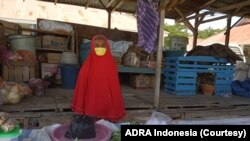 Ibu Rennu (75) saat masih berjualan sayur mayur di pasar tradisional Petobo, Kota Palu, Sulawesi Tengah, 13 April 2020. (Foto: ADRA Indonesia)