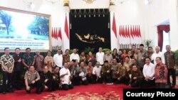 Presiden Jokowi berfoto bersama para Menteri dan pimpinan lembaga negara usai Sidang Kabinet Paripurna terakhir di Istana Kepresidenan, Jakarta, Kamis (3/10) (Courtesy: Setpres RI)