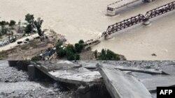 Lokalni stanovnici procenjuju štetu nanetu mostu u Maruzgaru