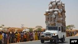 Une voiture surchargée voyage vers le camp de réfugiés de Diffa le 17 mai 2016, près de la frontière Niger-Nigeria.