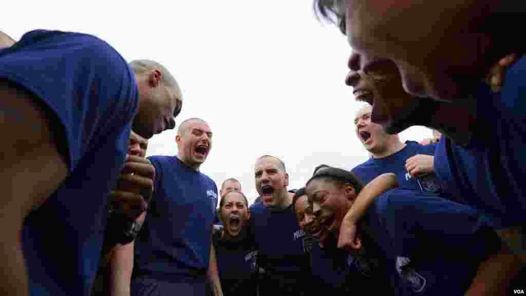 Курсанты полицейской академии перед заплывом