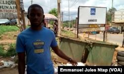 Derrière Francis, deux bacs à ordures à l'entrée du quartier, insuffisants pour tout le monde, à Yaoundé, au Cameroun, le 23 mai 2017. (VOA/Emmanuel Jules Ntap)