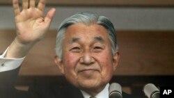 Nhật Hoàng Akihito vẫy tay chào đám đông từ bao lơn của Hoàng Cung ở Tokyo.