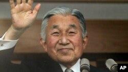 日本天皇明仁在他80岁生日的这天早晨站在皇宫阳台透过防弹玻璃向广大民众挥手致意。(2013年12月23日)