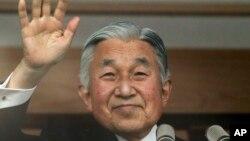 80회 생일을 맞은 일본 아키히토 국왕이 23일 도쿄 왕궁 베란다에서, 축하하기 위해 모인 시민들을 향해 손을 흔들고 있다.