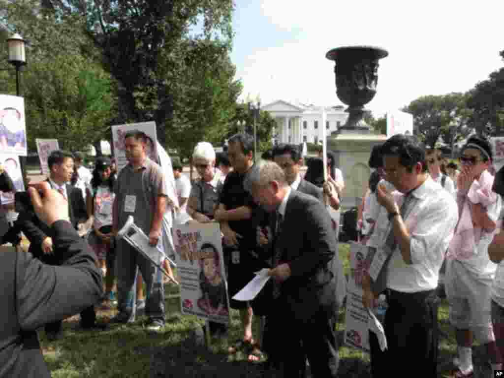백악관 앞에서 기도회를 인도하는 한국 기독교 사회책임 공동대표 서경석 목사 등 참석자들