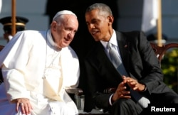 U.S. President Barack Obama (R) sits with Pope Francis during an arrival ceremony for the pope at the White House in Washington, Sept. 23, 2015.
