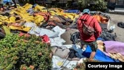 2018年9月30日印尼帕盧市一家醫院外的地震與海嘯遇難者屍體(Antara Photo)