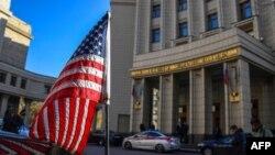 Автомобильный кортеж посольства США у здания МИД России перед переговорами замгоссекретаря Виктории Нуланд. 12 октября 2021ю