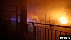民防人員空襲後在敘利亞大馬士革反政府力量控制區滅火