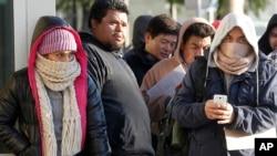 Những người xếp hàng chờ xin giấy phép lái xe tại Nha Lộ Vận ở Stanton, California bất chấp thời tiết lạnh giá, 2/1/15