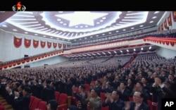 6일 평양 4·25문화회관에서 개막한 제7차 노동당 대회에서 당원들이 박수를 치고 있다.