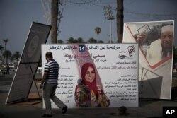 Poster-poster raksasa para calon anggota Majelis Nasional Libya terlihat berjajar di Lapangan Martyr di Tripoli, Libya (5/7). Pemilu Libya akan diselenggarakan Sabtu, 7 Juli 2012.